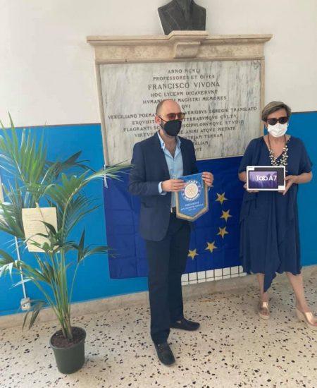 Un momento della donazione alla scuola di 5 Tablet da parte del Rotary Club di Alcamo